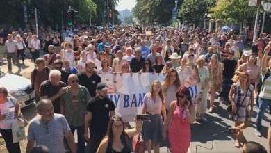 """Photo of """"DECU VAM NE DAMO"""": Protest u Beogradu zbog """"najavljenog testiranja vakcina protiv koronavirusa"""" (VIDEO)"""
