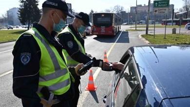 Photo of OPREMLJENI NOVIM UREĐAJEM ZA ČITANJE TABLICA: Policija od danas pleni svako vozilo koje potražuju izvršitelji