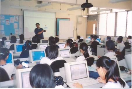 第一個成功申請優質教育基金  建成的多媒體語言室。     (2000/2001學年)