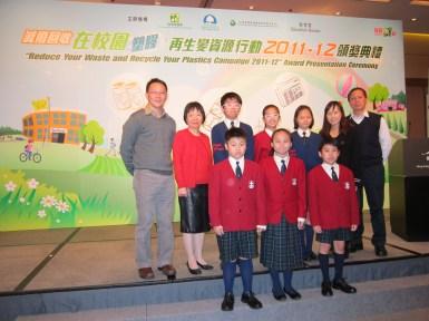 榮獲「減廢回收在校園 ─ 塑膠再生獎資源行動」金獎。(2011/2012學年)