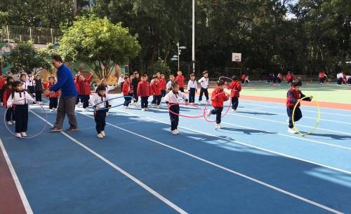 學生每週都會上兩節體育課。
