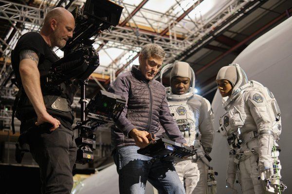 Redatelj Clooney sa snimateljem Martinom Ruheom i glumcima Davidom Oyelowom i Tiffany Boone