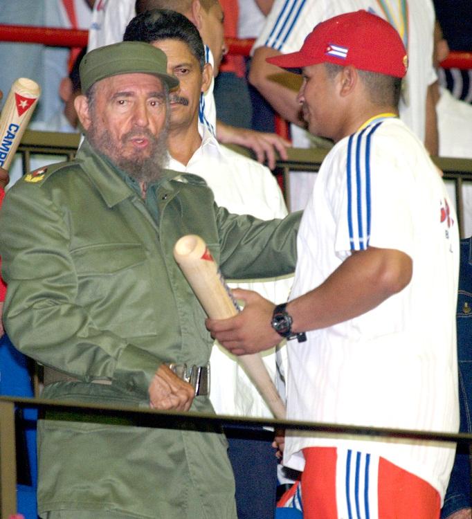 Fidel conversa con Cepeda a su llegada del Primer Clásico Mundial de Béisbol en el Coliseo de la Ciudad Deportiva.   foto: Alex Castro