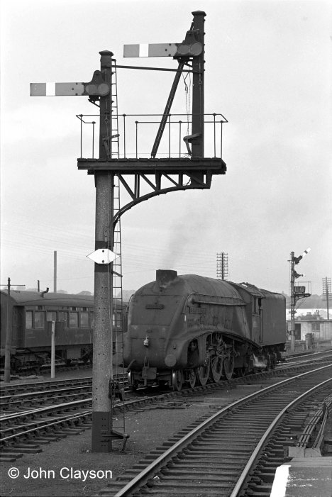 Signalled south along the Up & Down Goods line, No.60006 Sir Ralph Wedgwood approaches the Western platform starting signal on 10th October 1963. In charge is Grantham Driver Ernie Woolatt, Photograph by Cedric A. Clayson.