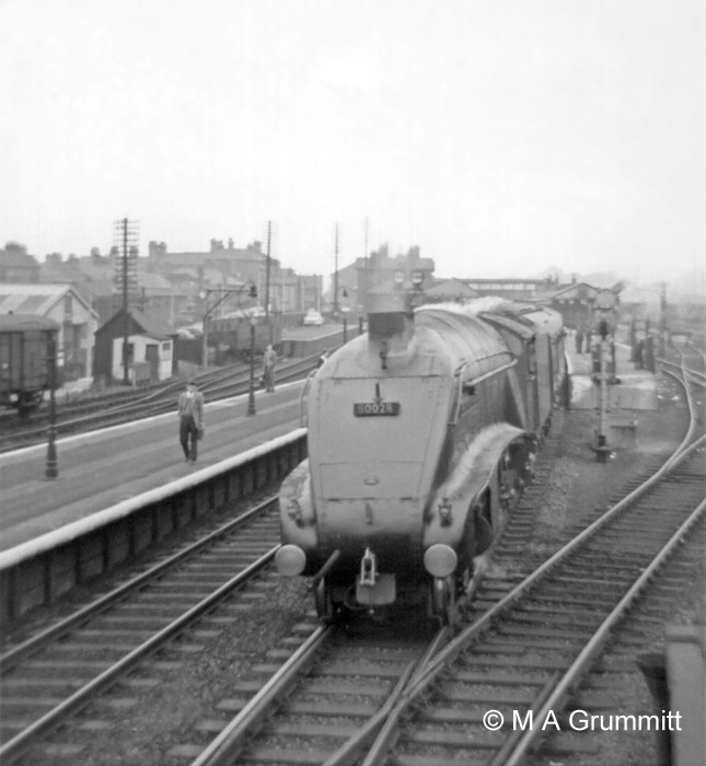 No. 60028 Walter K Wigham moves off northbound. Part of the CCT seen in the above photograph is visible again on the far left, with the end-loading facility for road vehicles in the background. The time would be about 1.45pm because walking along the platform is Barry Booth, another Telegraph Lad who is about to relieve Mick in the North Box at the 2pm shift change. Barry is the son of one of the downside station inspectors, Walter Booth. Photograph by Mick Grummitt.