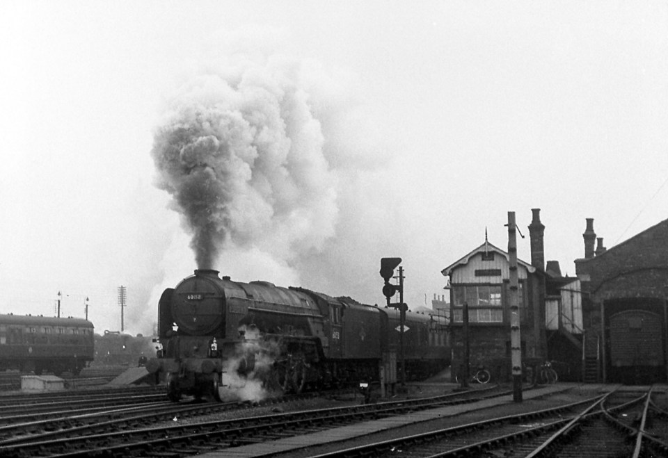 Access to the Yard Box was by a wooden staircase at the rear, betwen the box and the adjacent Goods Shed, as seen in this photograph of Class A1 No. 60158 Aberdonian departing for the south. Photograph by Noel Ingram, used with permission from Steam World.