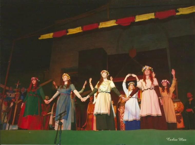 Grup local de joves dansants