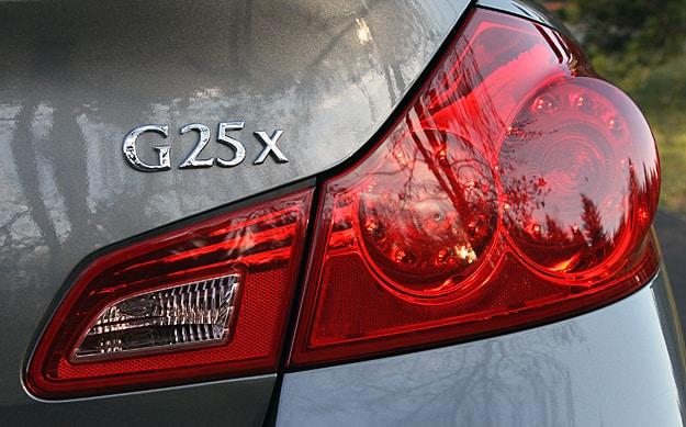 2011 Infiniti G25x Review light