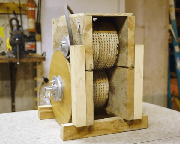 Prototipo Shredlage original en madera diseñado y fabricado por L. Olsen. Cuenta con 300 a 400 clavos por rodillo triturador.