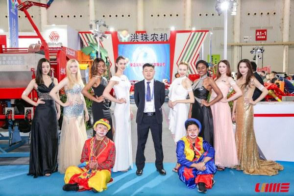Modelos en stand feria China de maquinaria