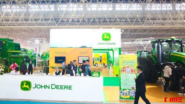 Stand de John Deere en feria de maquinaria en China