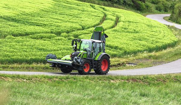 Tractor Fendt Serie 500 circulando