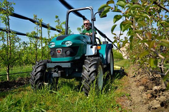 Tractor frutero Arbos 3050 en campo
