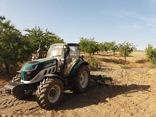 Tractor Arbos 5100 en campo arbolado