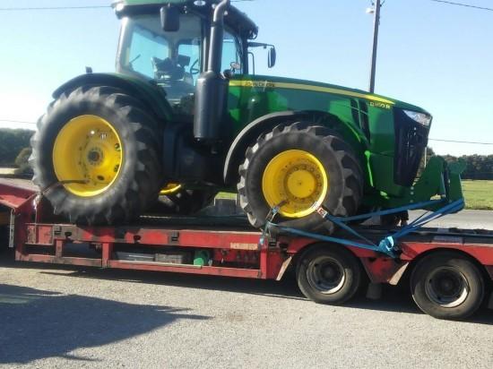 Góndola transportando un tractor