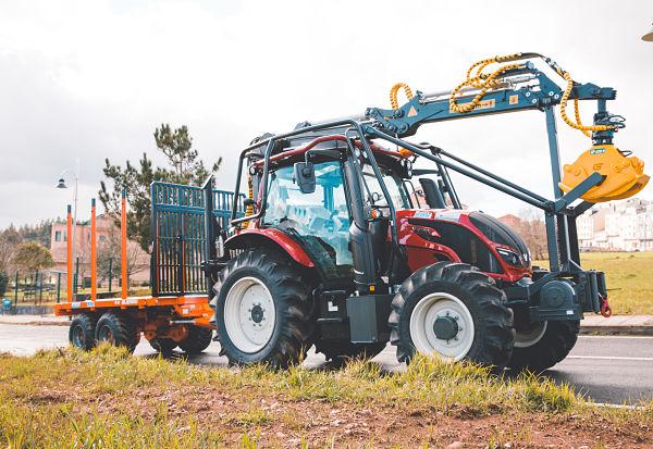 Equipo forestal con tractor Valtra y grúa Hitraf