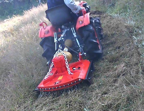Tractor pequeño con desbrozadora de cadenas