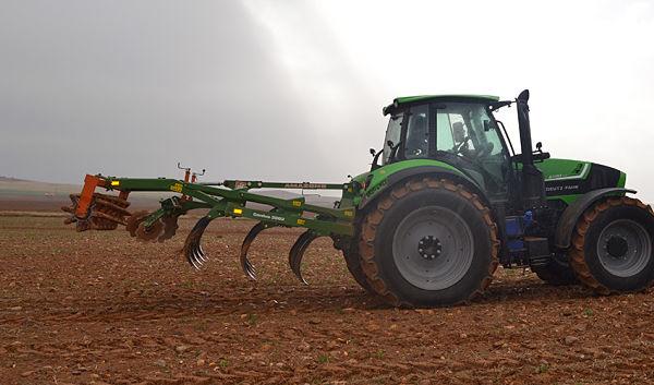Tractor con Sistema de gestión conjunta arando