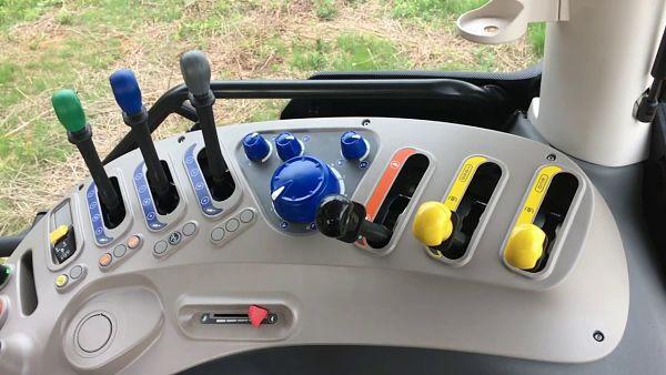 Mandos y botones en la cabina del tractor