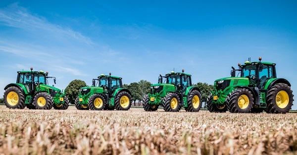 Tractores John Deere sobre rastrojo