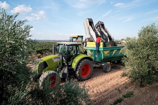 Tractor Claas Arion 400 durante la cosecha
