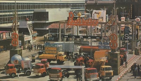 Vista general del stand de Barreiros en la feria de muestras de Barcelona (1961)