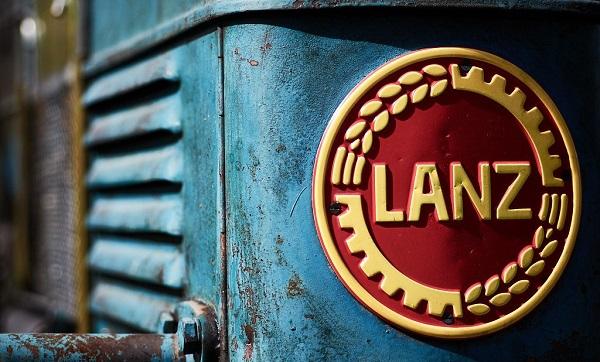 Insignia de la marca Lanz sobre un tractor