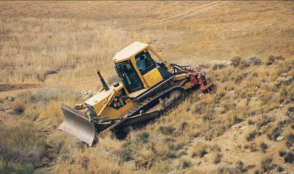 Tractor oruga trabajando en pendiente