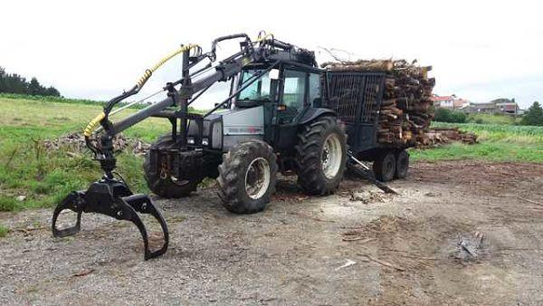Tractor Valmet con grúa forestal