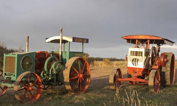 Tractor Mogul (izquierda) y Titan (derecha)