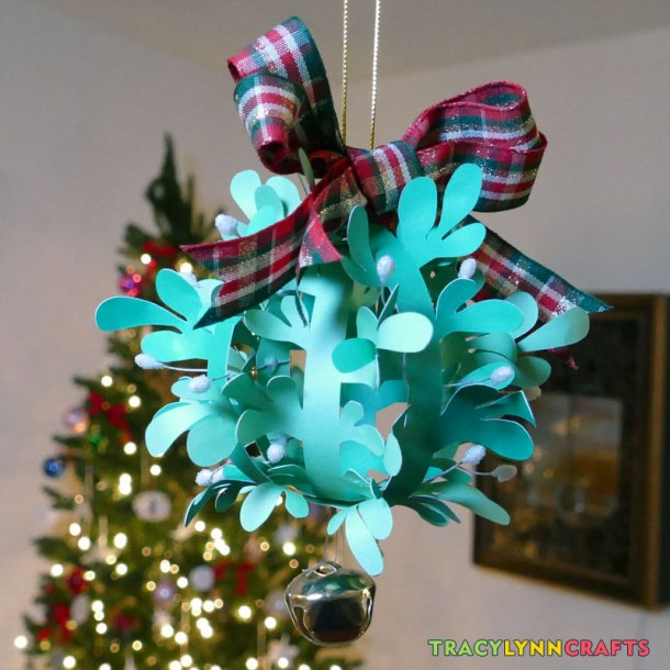 You can make this paper mistletoe and start collecting kisses this holiday