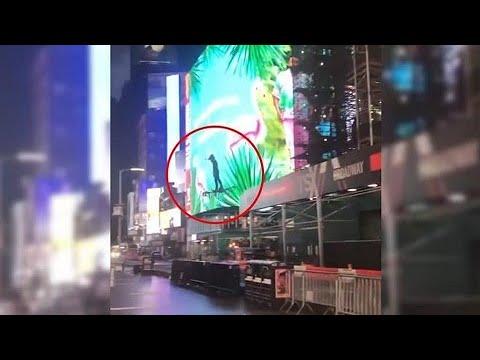 Drone gigante: homem é flagrado voando pela Times Square