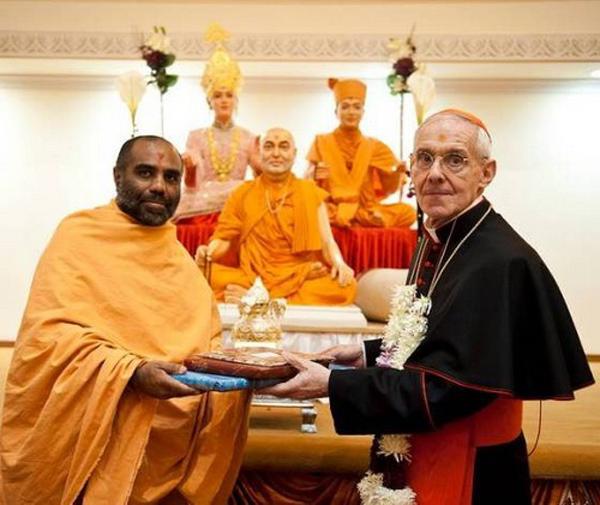 El cardenal Tauran en el templo hindú en Londres 01
