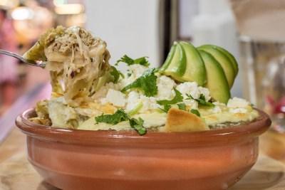chilaquiles-verdes-pollo-huevo-aguacate-cuxta-madrid