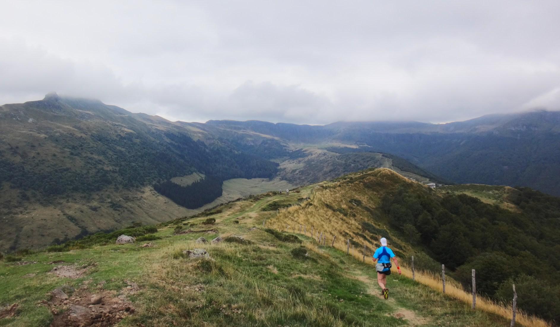 La descente vers le Col de Serre, le Puy Mary faisant toujours son timide.