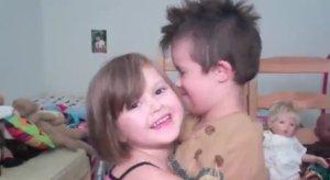 Cô-bé-5-tuổi-làm-video-clip-tặng-anh-trai-bị-bệnh-Down-2