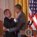 Tổng thống Obama ôm chủ nhân hơn 40 ngàn cái ôm Tim Harris