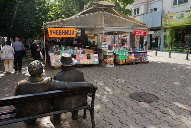 Widok na plac znad statuetek poetów Petko i Pencho Sławejkow