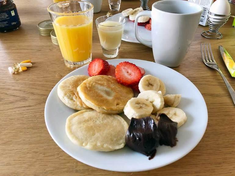 Helgfrukost med proteinpannkakaroteinpannkaka