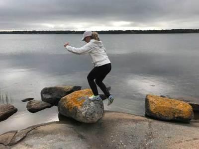 Step up på en sten i skärgården.