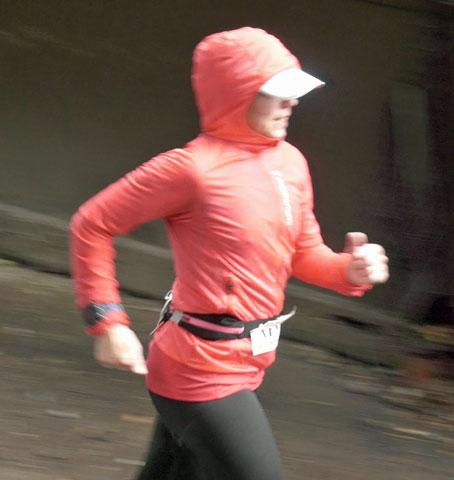 Ingrid springer mot målet.