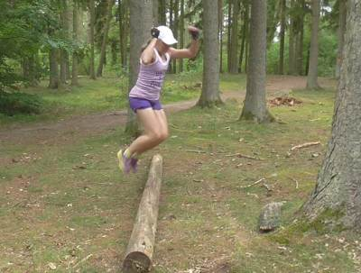 Hoppar jämfota över en stock.