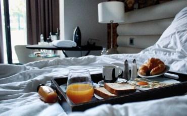 Alimentos em uma bandeja no quarto de um hotel