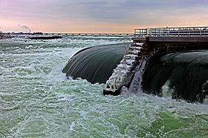 Ниагара өзені, Виллам атындағы электр станциясының жанында Б. Рейтин. 2009 жылы ол жұмыстан шығарылды. Ниагара сарқырамасы, Онтарио, Канада.