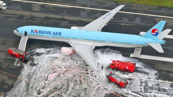 An aerial picture shows passengers standing near a Korean Air Lines plane after smoke rose from one of its engines at Haneda airport in Tokyo, Japan, May 27, 2016. Mandatory credit. Kyodo/via REUTERSATTENTION EDITORS - FOR EDITORIAL USE ONLY. NOT FOR SALE FOR MARKETING OR ADVERTISING CAMPAIGNS. THIS IMAGE HAS BEEN SUPPLIED BY A THIRD PARTY.  MANDATORY CREDIT. JAPAN OUT. NO COMMERCIAL OR EDITORIAL SALES IN JAPAN.