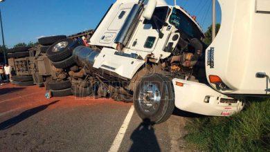 Photo of Vuelca camión y rapiña desaparece 33 toneladas de sorgo