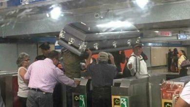 Photo of Transportan Ataúd en Metro… y hasta pagó boleto