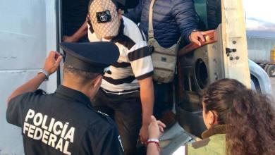 Photo of Detienen camión de carga que usaban para trasladar migrantes