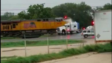 Photo of VIDEO: Tren de carga embiste un camión en Texas