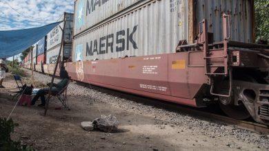 Photo of Casi 3,000 toneladas de carga defendidas por bloqueos al tren en Michoacán